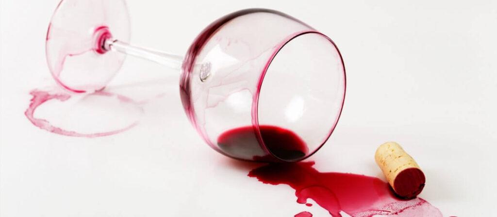 Algumas dicas para tirar mancha de vinho tinto. 1